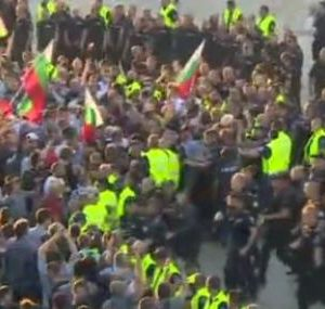 Протестиращите атакуваха автобуси, има арестувани