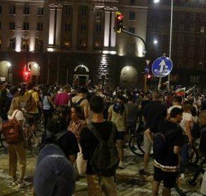 Протестът пред Министерски съвет утихва. Протестиращите намаляват, а полицията се множи