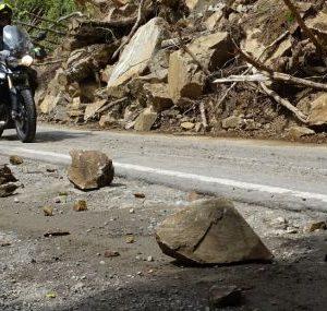 Разчистват около 100 тона скална маса, паднала на пътя Кричим – Девин