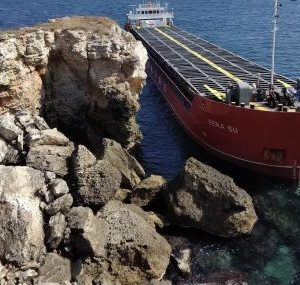 Експерт: Повреда в руля може да е причина за отклонението на кораба